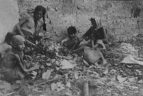 phoca_thumb_l_starving armenian deportee children in desert 1915