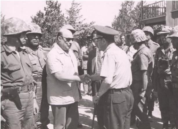 Rauf denktas greeting a turkish commander demokratiki kypros rauf denktas greeting a turkish commander m4hsunfo